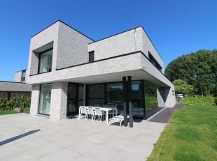 Deze alleenstaande woning in Stasegem heeft een toplocatie, waar u stedelijk kunt leven in het Groen. Het is een moderne woning gebouwd in 2015. Dit h