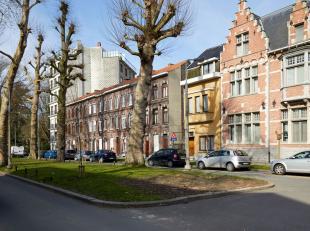 Verzorgde, goed onderhouden toffe woning met veel potentieel in het hartje van Kortrijk. Deze woning heeft zijn natuurlijk licht te danken aan de lich