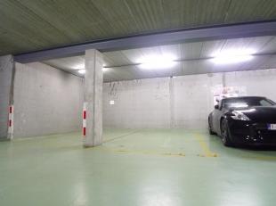 Ondergrondse autostaanplaats met plaats voor 1 wagen, ruime afmetingen. Automatische toegangspoort. Zéér centrale ligging. Gelegen in Re