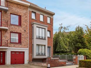 Instapklare woning nabij het centrum van Kortrijk! Kwalitatieve woning voorzien van alle hedendaags comfort. Indeling is als volgt: Gelijkvloers: KARA