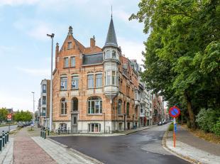 KLASSEVOL gebouw met op het gelijkvloers diverse polyvalente ruimtes, uitermate bruikbaar voor kantoren en/of handelsruimte. Op de 1ste, 2de en 3de ve