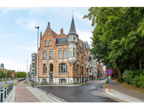 Bien commercial avec habitation à vendre à Brugge, € 595.000