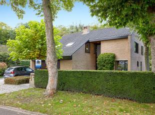 Op een prachtige en residentiële locatie te Sint-Michiels bevindt zich deze ruime villa. Top gelegen nabij Tillegembos, dichtbij scholen, openbaa