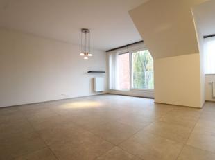 Perfect instapklaar recent appartement (2017) in het hart van Varsenare. Het appartement is ingedeeld als volgt: Inkomhall. Woonkamer met veel lichtin