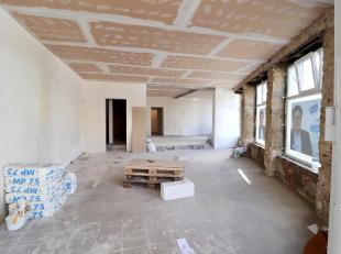 In dit handelsgelijklvoers heeft u de mogelijkheid om op een goede locatie een mooie handelsactiviteit (geen horeca) of kantoor uit te bouwen. Casco a