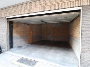 Gesloten garagebox te huur vlakbij Het Zuid. Ruime garagebox op het gelijkvloers met zeer gemakkelijke inrit voor 1 auto en ruimte voor fietsen of ext