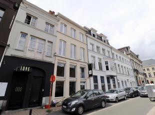 Schitterend, gerenoveerd pand, op TOPLOCATIE: met zicht op het water, tussen de Veldstraat en Onderbergen. Op het gelijkvloers kantoor- of winkelruimt