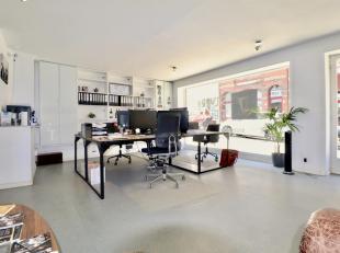 Handelspand te huur op toplocatie vlakbij St-Pietersplein. Het pand beschikt over een grote etalage, kantoorruimte, vergaderzaal, keuken en toilet, ge
