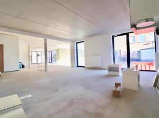 Nieuwbouw commerciële ruimte met tal van mogelijkheden, in te richten volgens eigen noden en huisstijl. Parkeermogelijkheid achter het gebouw (Pa