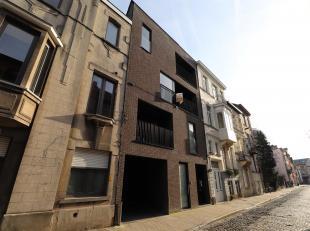 Te huur : Een mooi appartement met zonneterras op topligging te Gent. Dit appartement bevat : 2 slaapkamers, 1 badkamer met bad, open keuken, gastento