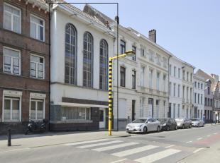 Te Koop Woning Gent : Deze bijzondere woning, gekenmerkt door de hoge boogvormige ramen ligt in een stijlvolle straat in het hart van Gent. Achter de