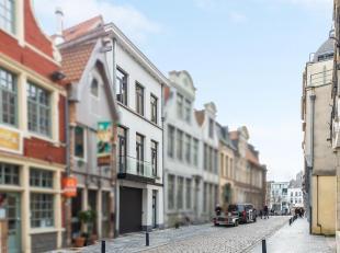 In een rustige zijstraat van de Vrijdagmarkt vindt u deze magnifiek gerenoveerde stadswoning. Hier werd enkel gekozen voor de beste materialen en maat