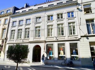 Dit charmant appartement is ideaal voor de echte stadsmus ! Nabij de Kouter, Veldstraat, ... kortom centraler kan je haast niet vinden. Het 1 slpk-app