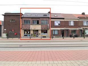 Deze uiterst centraal gelegen eigendom bestaat uit een duplexappartement met handelszaak te Zwijnaarde.<br /> De gelijkvloerse verdieping is op vandaa