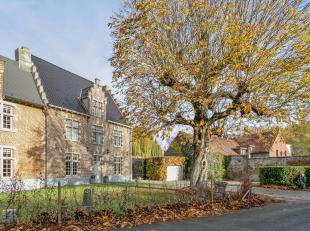 """Te koop in Zwijnaarde : Een uniek landhuis genaamd """"De Torre"""" te koop. Deze prachtige eigendom bevat eveneens een bijhuis, paarden-stallingen en een r"""