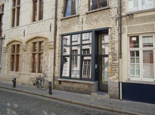 Bent u op zoek naar een kantoorruimte of een kleine handelsruimte in een authentiek pand in het historische stadscentrum dan is dit beslist voor u !<b