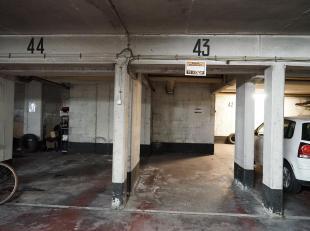 De binnenstaanplaats is gelegen in een appartementsgebouw nabij het centrum van Gent.Extra troef is de vlotte verbindingen met het openbaar vervoer al