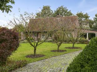 Deze rustieke en pittoreske eigendom gelegen te Evergem werd in 1991 uitgebreid met heel mooie en duurzame materialen. Bestaande uit living met eetpla