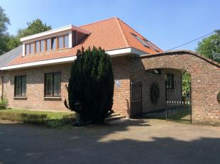 In het idyllische Klein-Willebroek wordt hier een uniek pand aangeboden: een halfopen bebouwing op een zeer rustige en groenrijke omgeving, op enkele