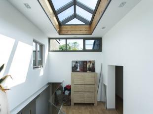 Moderne open bebouwing met tuin op een perceel van 1093m², bestaande uit: kelder met wasplaats, inkomhal met apart toilet, woonkamer, keuken met