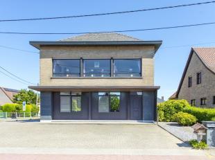 Solide open bebouwing ingedeeld in 2 appartementen, op een perceel van 738m² en bestaande uit: APP GLV: inkomhal, woonkamer, keuken, berging, sla