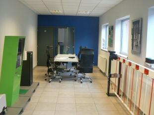 Verzorgd kantoorgebouw met een totaal bruikbare oppervlakte van 170m². Mogelijkheid om de naastliggende loods van 320m² mee aan te kopen.<br