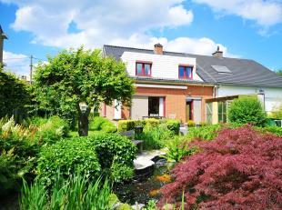 In een rustige woonwijk nabij het centrum van Aalbeke vinden we deze verzorgde halfopen bebouwing terug. Deze woning   heeft volgende indeling: ruime
