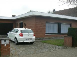 Residentieel gelegen bungalow op 835m² met 2 slaapkamers en zeer ruime garage.<br /> Mogelijkheid om een derde slaapkamer in te richten in de gar