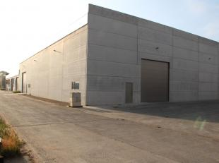 Loods van 600 m² bestaande uit betonnen draagstructuur met betonnen wanden en een geïsoleerd dak met lichtstraat. Voorzien van 1 sectionale