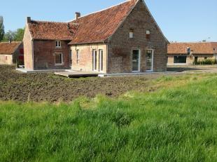 Een landelijke woning te huur te Moorsele/Wevelgem, slechts 8min. van Kortrijk. De hoeve is volledig gerenoveerd en heeft 4 slaapkamers, badkamer, vol