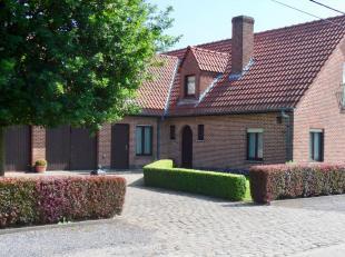 Deze eigendom heeft een zeer vlotte verbinding via de E34 (Antwerpen-Knokke) en heeft een gunstige en rustige ligging in het landelijke Sint-Laureins.