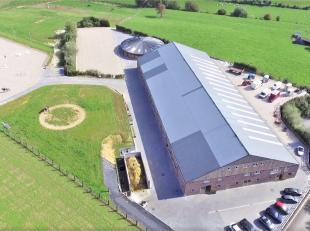 De gemeente Nijvel herbergt deze professionele paardenaccommodatie op ca. 8.5ha, centraal gelegen tussen Brussel en Charleroi. Het domein is landelijk