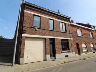 Het eigendom is centraal gelegen, tussen Brussel en Luik en makkelijk te bereiken via de E40. Het centrum van Tienen met de nodige scholen, winkels en