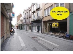 Betaalbaar handelspand in doorgangstraat tussen de Grote Markt en de Kerkstraat!INDELING:Gelijkvloers:Handelsruimte opgedeeld in 2 delen - kitchenette
