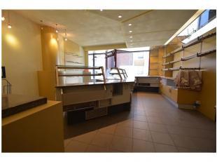 INDELING:Gelijkvloers (300m2): ingerichte winkel (bakkerij) - garage met doorgang naar de werkplaats - woonkamer met open keuken (alle toestellen) - w