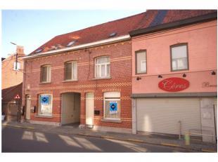 Volledig VERHUURD opbrengsteigendom te Roeselare, bestaande uit 1 woning, 5 studio's en parkeergarage (11 autostaanplaatsen) met 5% NETTO-rendement!IN