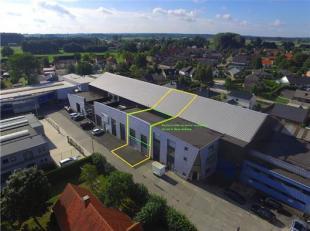 INDELING:- Voorste gedeelte (104,3m2; 10m x 10,43m), bestaande uit doorrit naar het magazijn en kantoorruimte met groot raam. Vrije hoogte: 3,83m.De k