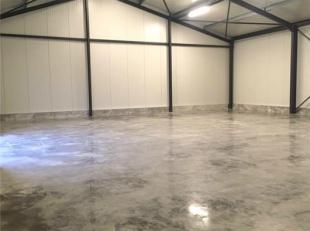 AFWERKING: Metalen constructie, nieuwe gepolierde betonvloer, elektrische sectionaalpoort, binnen- en buitenverlichting, geïsoleerd, de nodige st