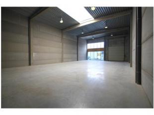 AFMETINGEN: 12 m x 26 m.AFWERKING: gepolierde betonvloer, betonconstructie (Valcke), geïsoleerd plat dak (steeldeck) met centrale lichtstraat, 1