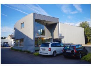 INDELING:Gelijkvloers (90m2): inkomhal met automatische glazen deur - receptie - 2 landschapsburelen (26m2 en 28,5m2) - sas - 6 private parkeerplaatse