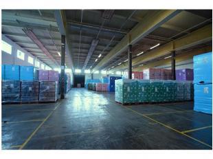 AFWERKING:Magazijn: Betonnen constructie (overspanning van 25m), betonvloer, vrije hoogte: 6m, 4 laadkaden met dockshelters en levellers, TL-verlichti