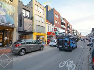 Mooi handelspand metappartement op TOPlocatie (200 meter van de markt) te Roeselare.<br /> INDELING:<br /> Gelijkvloers (± 90m2):kantoor/winkel