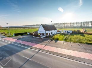 Interessant gelegen handelspand met woonst op ZICHTlocatie te Knokke-Heist op circa 2 hectare grond!<br /> Momenteel goed draaiende horecazaak langs b