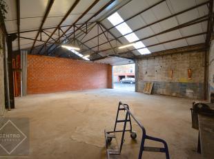AFWERKING:Gemetste constructie, betonnen bevloering, wanden in baksteen, vernieuwd geïsoleerd zadeldak, vrije hoogte: 4m, sectionaalpoort 3,5m.NU