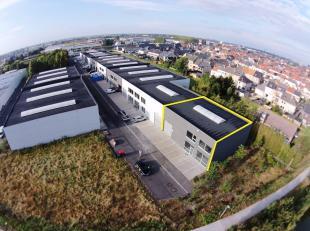AFWERKING: gepolierde betonvloer, betonnen structuur, geïsoleerd plat dak (steeldeck) met 1 centrale lichtstraat, 1 manuele sectionale poort (b: