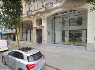 INDELING:Gelijkvloers (120m2): Inkomhal met wachtzaal - traphal naar verdieping en kelder - ontvangstruimte - ruim bureel/verkoopszaal - keuken met sp
