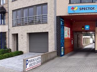 Polyvalent handelsgelijkvloers in gebouw met UITSTRALING mét 3 private parkeerplaatsen + garagebox gelegen langs drukke invalsweg van Brugge en
