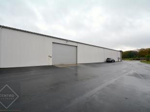Benaderende AFMETINGEN: 18,5m x 22,5m.AFWERKING: metalen constructie met volledige overspanning (18m), wanden in sandwichpanelen, geïsoleerdzadel