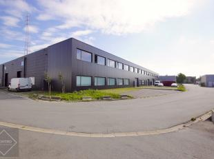 AFWERKING: Magazijn (24m x 50m): Betonnen constructie met grote overspanning - buitengevel zwart geschilderd - scheidingswanden in cellenbetonpanelen