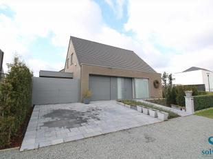 Deze tot in de puntjes afgewerkte woning is rustig gelegen op een perceel van 476m² in een rustige woonwijk te Zomergem (Lievegem). Kwalitatieve